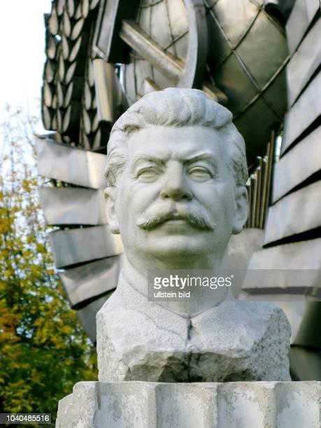 Russland Moskau Skulpturenpark Museon ein Park der von ihren Postamenten abgetragenen Skulpturen Büste Josef Stalins Bildhauer S M Wilenski Marmor im...