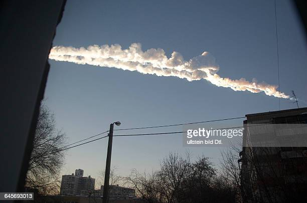 Russland Südural Tscheljabinsk Spur auch Kondensstreifen eines Meteoriten nach dem Niedergang und der Explosion in der Luft 2013