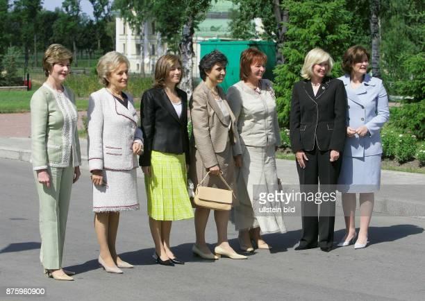 G 8 Gipfel Damenprogramm auf der Insel Strelna Gruppenfoto vl Laura Bush Bernadette Chirac Margarida Sousa Uva Flavia Franzoni Ludmila Putina Laureen...