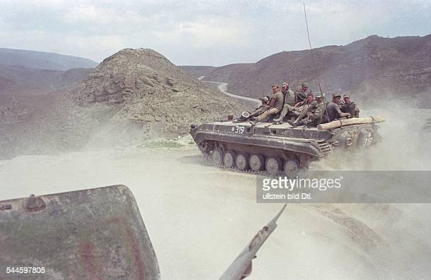 Russland, Tschetschenien - Tschetschenien-Konflikt - russische Panzer mit Soldaten bei einem Einsatz - August 2003