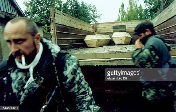 Russland, Tschetschenien - Tschetschenien-Konflikt - russische Soldaten berger Opfer eines Anschlags tschetschenischer Terroristen - August 2003