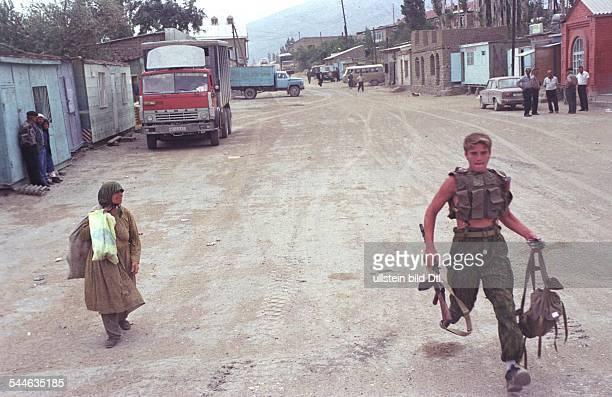 Russland, Tschetschenien - Tschetschenien-Konflikt - russischer Soldat bei einem Einsatz in einer tschetschnischen Kleinstadt - August 2003