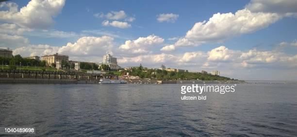 Russland Wolgograd 1925 – 1961 Stalingrad Fluss Wolga Uferstrasse der 62 Armee vom Ufer führt nach oben eine monumentale Treppe mit zwei Propyläen...