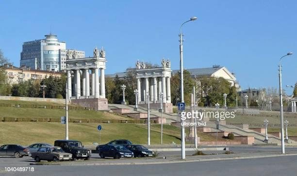 Russland Wolgograd 1925 – 1961 Stalingrad Uferstrasse der 62 Armee vom Ufer führt nach oben eine monumentale Treppe mit zwei Propyläen die den...