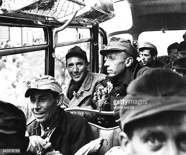 Russlandheimkehrer im Bus bei ihrer Ankunft in Friedland 1959