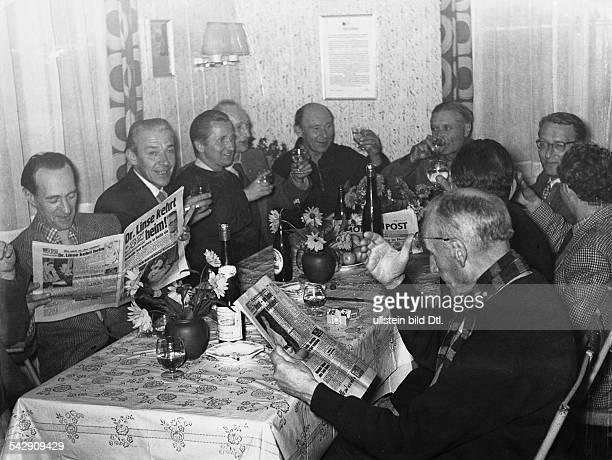 Russlandheimkehrer im Lager Friedland mit Berliner Tageszeitungen 1955