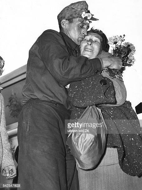 Russlandheimkehrer wird in Friedland von seiner Frau begrüßt 1955