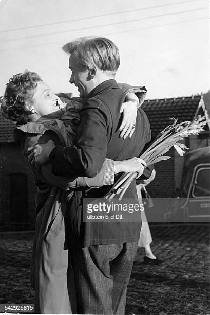 Russlandheimkehrer wird von seiner Frau begrüßt 1955Foto Rudi Herzog