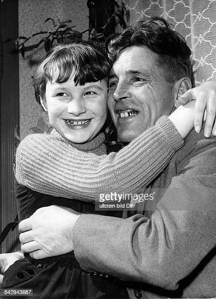Russlandheimkehrer wird von seiner Tochter umarmt