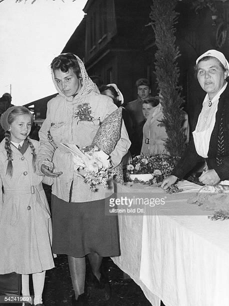 Russlandheimkehrerin die in einer Schneiderei tätig war bei der Ankunft in einem Lager in Westdeutschland um 1950