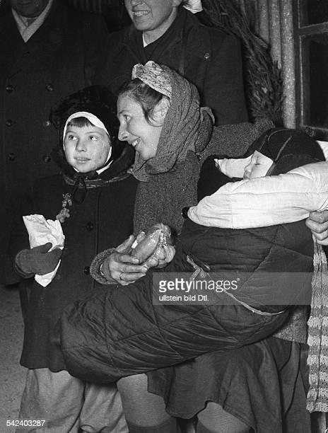 Russlandheimkehrerin mit ihren in Russland geborenen Kindern 1955