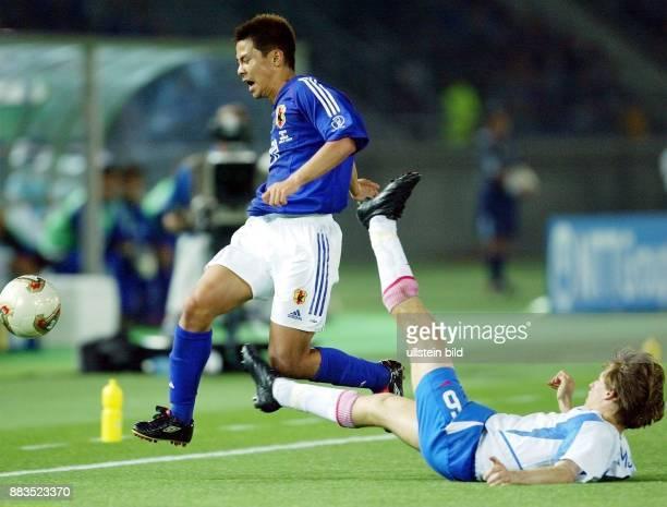 FussballWM 2002 Gruppe H Vorrunde in Yokohama 0 Russlands Igor Semschow foult Tomokazu Myojin