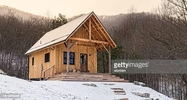 Rustikale Appalachen-Hütte im Schnee