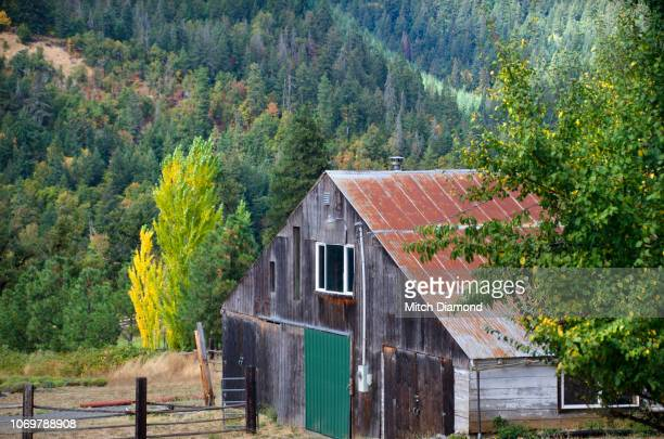 rustic barn - hood river valley stock pictures, royalty-free photos & images