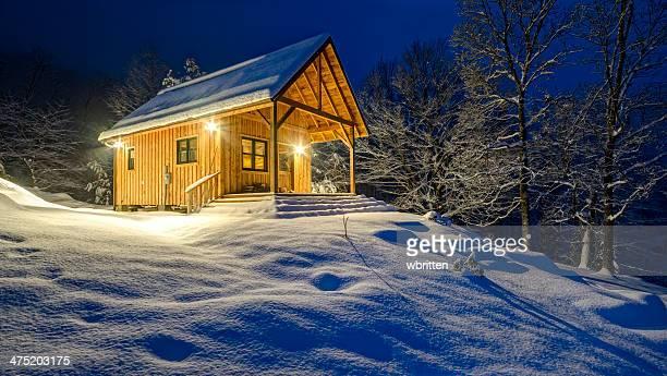 rustic cabin in winter blizzard snowstorm at night - north carolina amerikaanse staat stockfoto's en -beelden