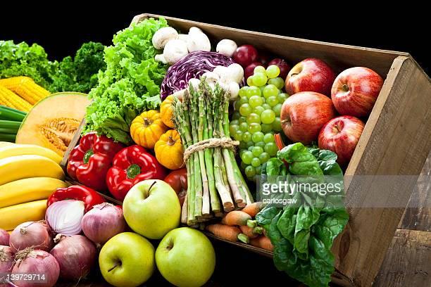 Rustique caisse plein de fruits et légumes