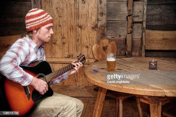 rústico músico com cerveja e cigarros - compositor de música - fotografias e filmes do acervo