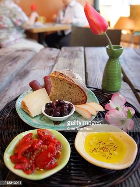 rustic plate - crosta di formaggio foto e immagini stock