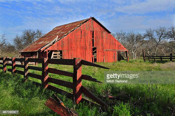 rustic red barn - モデスト ストックフォトと画像