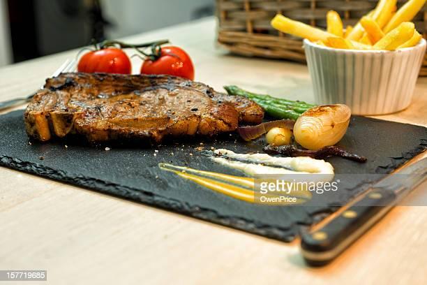 Rumsteck rustique et des frites sur de l'ardoise assiette