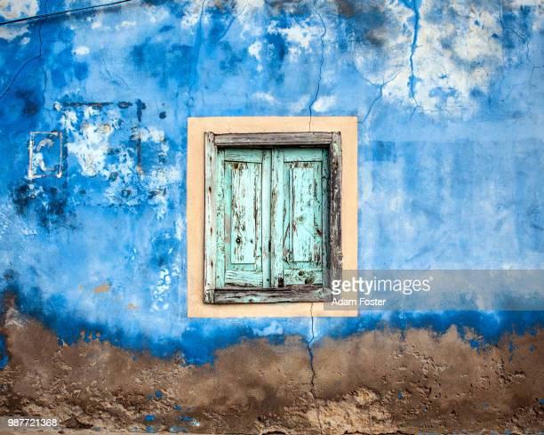 rustic window - cabo verde fotografías e imágenes de stock