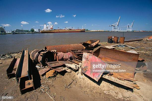 rusting metal debris on shore - port_of_savannah stock pictures, royalty-free photos & images