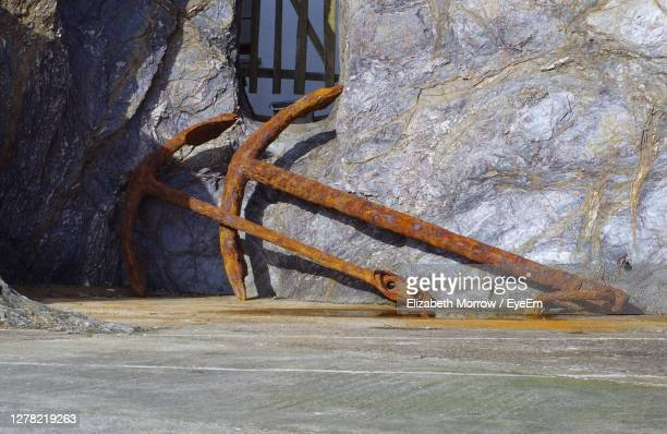 rusty anchor against wall - truro cornwall stock pictures, royalty-free photos & images