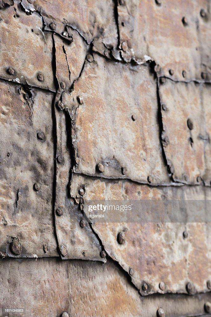 Rusty placa de metal con una costura y remaches : Foto de stock