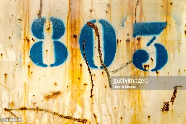 rusty number 803 - vicente méndez fotografías e imágenes de stock