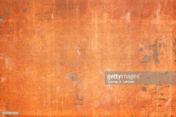 rusty old sheet metal plate background texture with vignetting. - enferrujado - fotografias e filmes do acervo