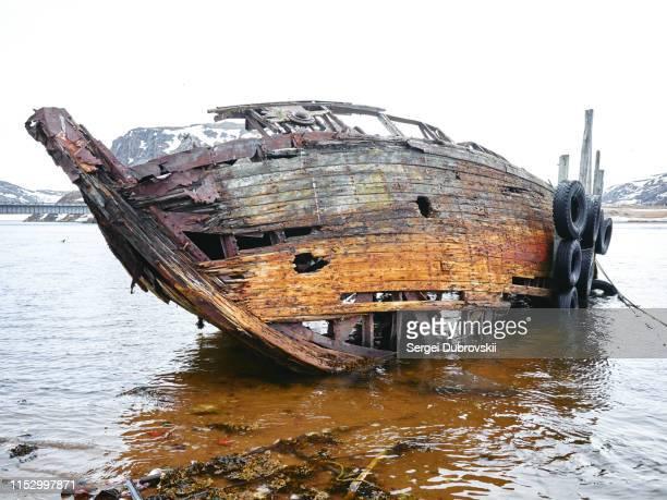 roestige oude schipbreuk ruïnes in teriberka - geruïneerd stockfoto's en -beelden
