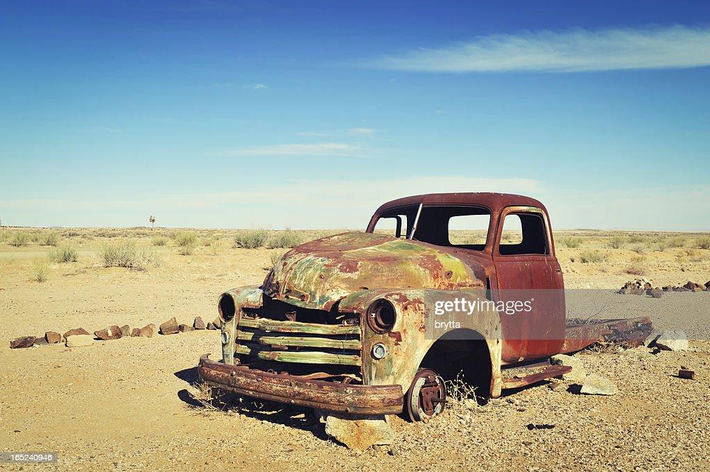 Rusty casco viejo abandonado en el desierto de Namibia : Foto de stock