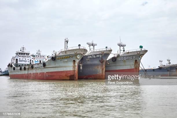 rusty ships anchored at the bangla bazar ghat of the river karnaphuli not far from chittagong, bangladesh - いかり ストックフォトと画像
