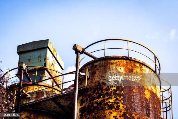 oxidado silos de la fábrica abandonada - rust colored fotografías e imágenes de stock