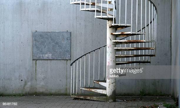 Rusty Escada em Caracol, frame e Parede de Cimento