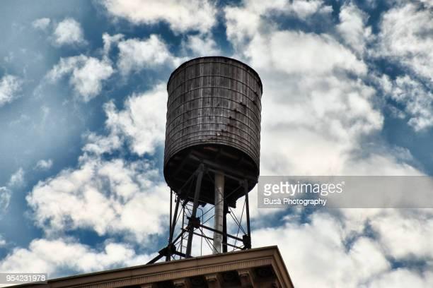 rusty water tower on a rooftop in manhattan, new york city, usa - storage tank - fotografias e filmes do acervo