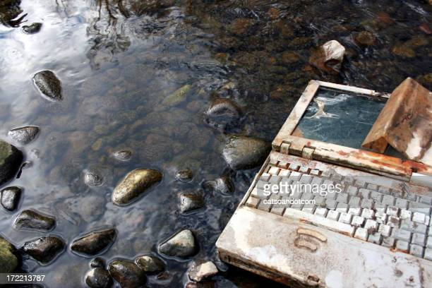Rostige Wet Laptop liegen in-Stream