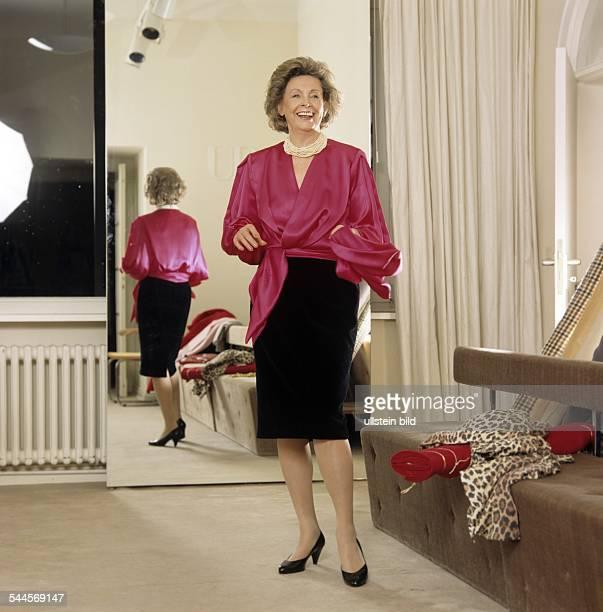 Rut Brandt Journalistin Norwegen Modeaufnahmen in Garderobe von Designer Uli Richter SatinWickelbluse und Bleistiftrock Februar 1993