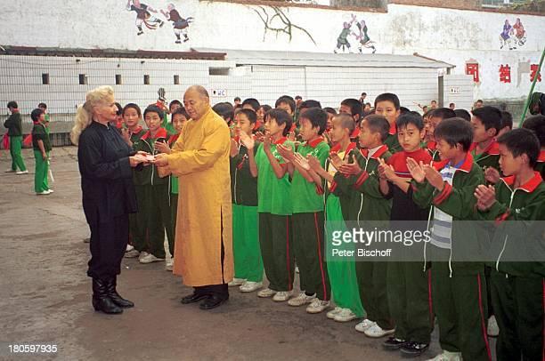 """Rut Rex, Mönch, , nach Weihung zu """"Shaolin""""-Buddhisten, Dengfeng/China/Asien, """"Shaolin Tempel"""", Buddhistin, Schüler, Kloster, Urkunde, †bergabe,..."""