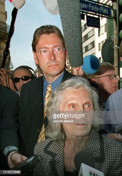 Ruth Abraham, Klägerin gegen die Dresdner Bank, und ihr Anwalt Michael Witti beantworten am 17.8.1998 bei einer Presskonferenz vor der Dresdner Bank...