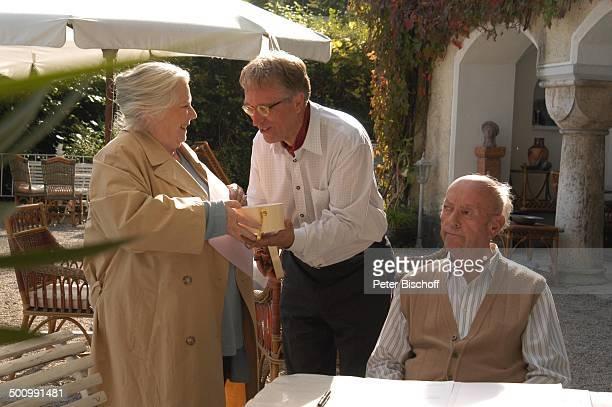 Ruth Drexel Gerd Anthoff Toni Berger ARDFilm Zwei am großen See Chiemsee Terrasse Tisch Sitzen Gespräch Schauspieler Schauspielerin Promi Promis...