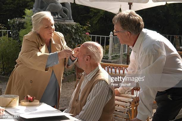 Ruth Drexel Toni Berger Gerd Anthoff ARDFilm Zwei am großen See Chiemsee Terrasse Tisch Sitzen Gespräch Schauspieler Schauspielerin Promi Promis...
