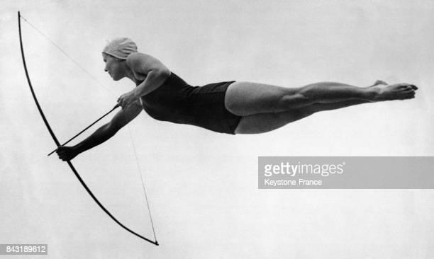 Ruth Jump championne américaine de plongeon plonge en bandant son arc prête à tirer une flèche en s'entraînant au saut dit 'Plongeon de Diane' en vue...