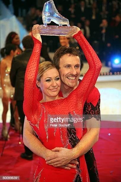 """Ruth Moschner, Eislauf-Partner Carl Briggs, , Finale RTL-Show """"Dancing on Ice"""", Köln, Deutschland, , P.-Nr. 1790/2006, Gewinner, Preis, Auszeichnung,..."""
