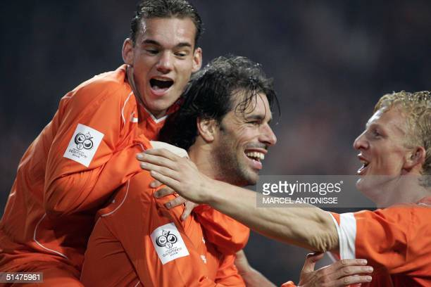 Ruud van Nistelrooy cheers with his teammates Wesley Sneyder and Dirk Kuyt after he scored for the Netherlands 31 13 October 2004 during aqualifying...