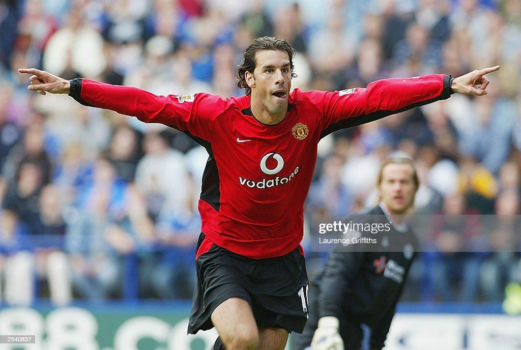 Ruud Van Nistelrooy of United celebrates scoring : News Photo