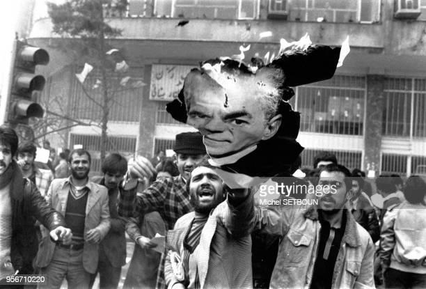 Révolutionnaires brûlant un portrait du shah Mohammad Reza Pahlavi à Téhéran pendant la révolution d'Iran en février 1978