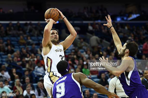 Ryan Anderson of the New Orleans Pelicans shoots over Rajon Rondo and Omri Casspi of the Sacramento Kings during the first half of a game at the...