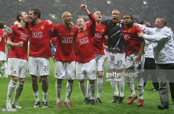 Ryan Giggs Michael Carrick Wes Brown Wayne Rooney Darren Fletcher Mikael Silvestre Anderson and Sir Alex Ferguson of Manchester United celebrate...