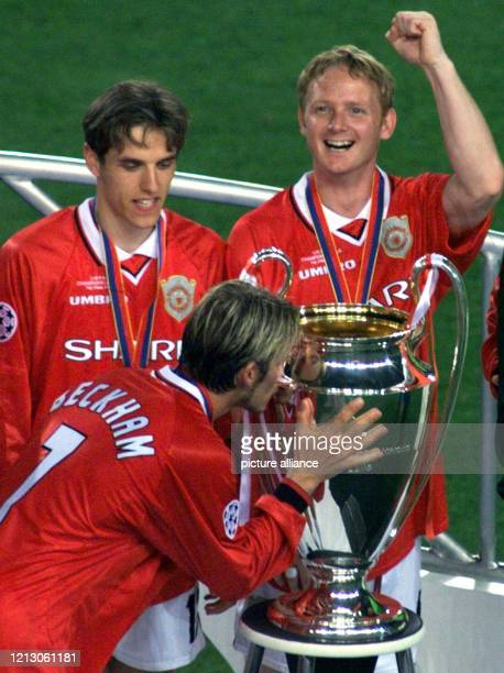 Ryan Giggs und Teddy Sheringham von Manchester United jubeln am nach dem ChampionsLeague Finale gegen den FC Bayern München als ihr Teamkollege David...